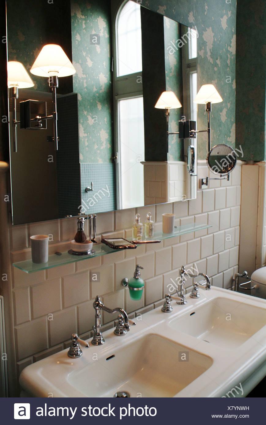 Doppio lavandino in una elegante stanza da bagno Foto ...