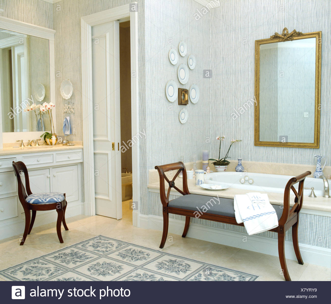 Lo sfondo blu e grande specchio dorato in un tradizionale bagno con ...