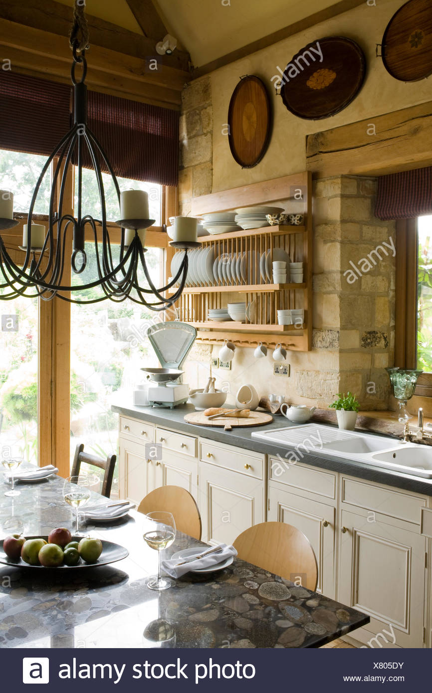 Ferro battuto lampadario sopra la tabella in cucina di paese ...