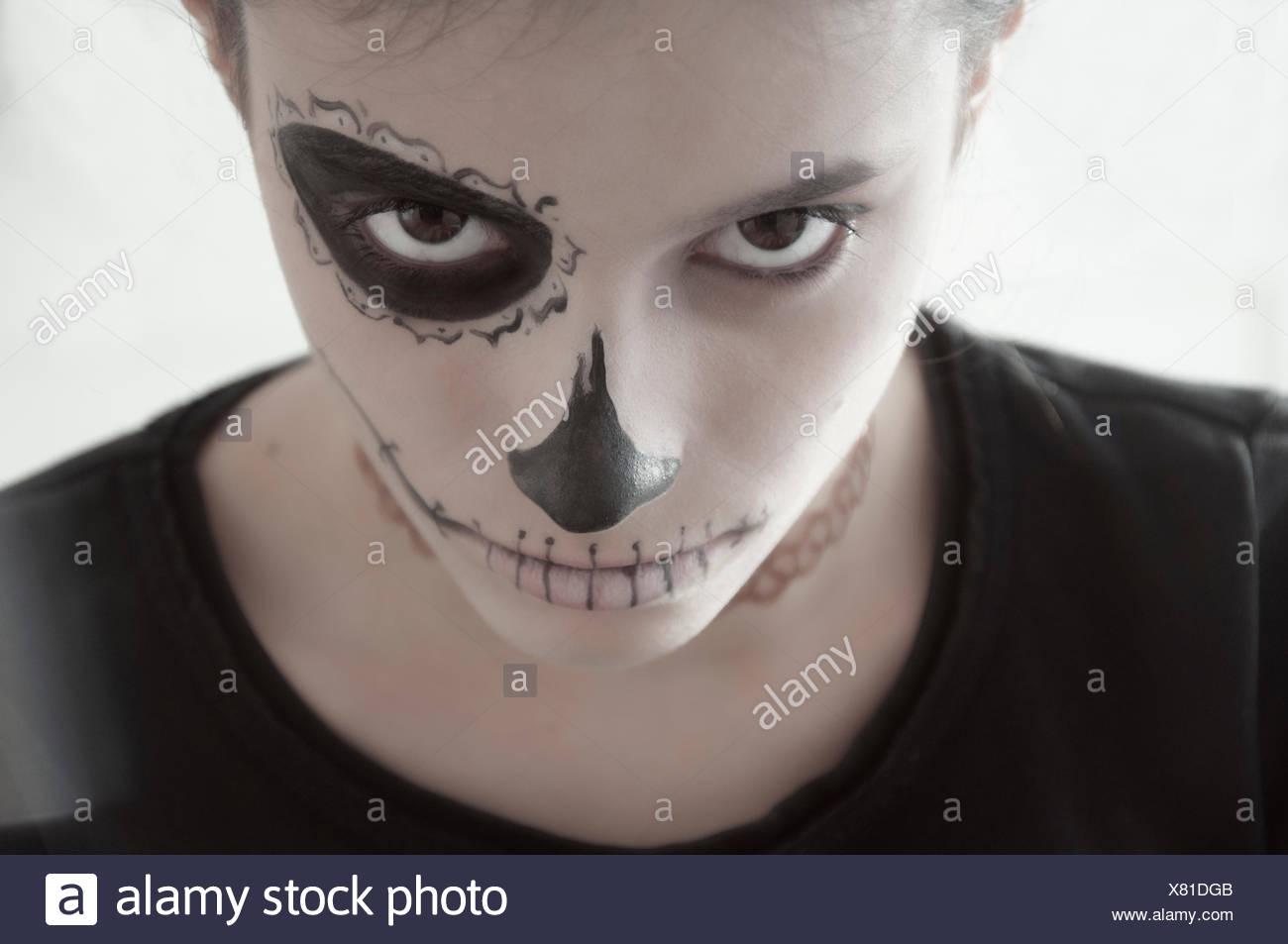 Ragazza con una faccia dipinta per Halloween Immagini Stock