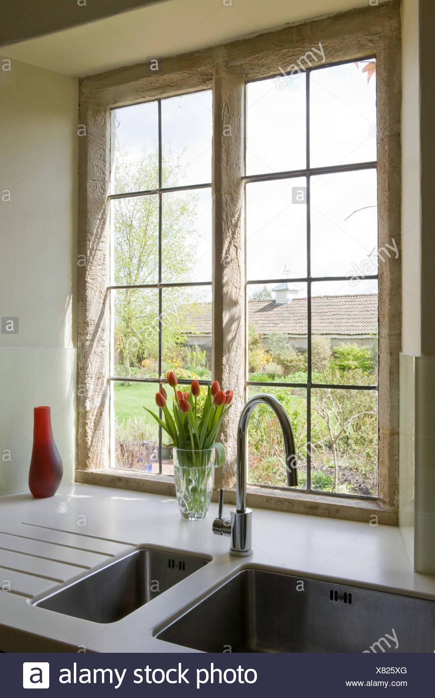 Finestra sopra i lavelli da cucina con cromo rubinetto - Finestra sopra lavello cucina ...