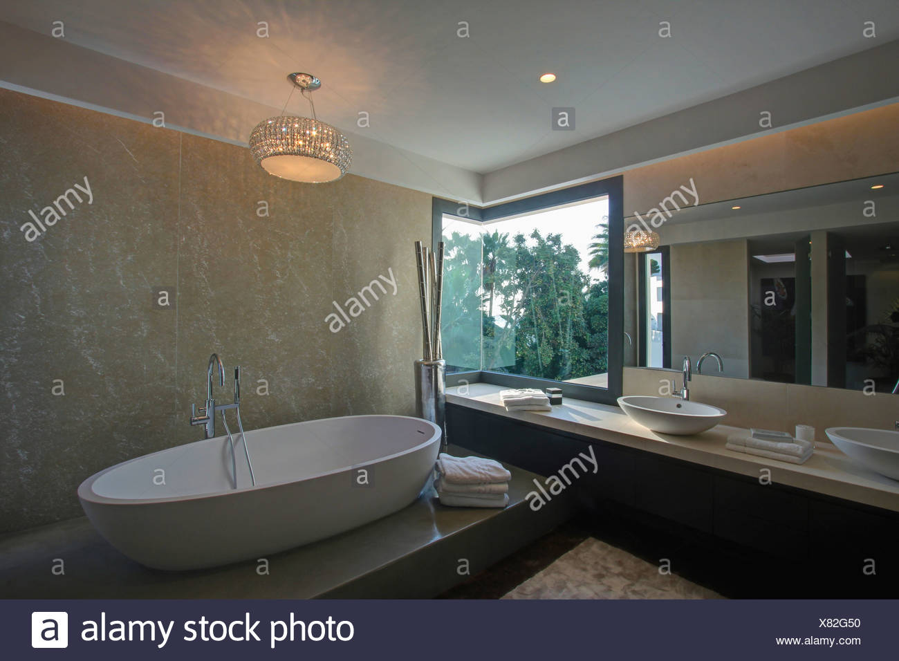 Luce di vetro sopra rilievi vasca ovale in marmo moderno bagno spagnolo con coppa vasche su - Vetro vasca bagno ...