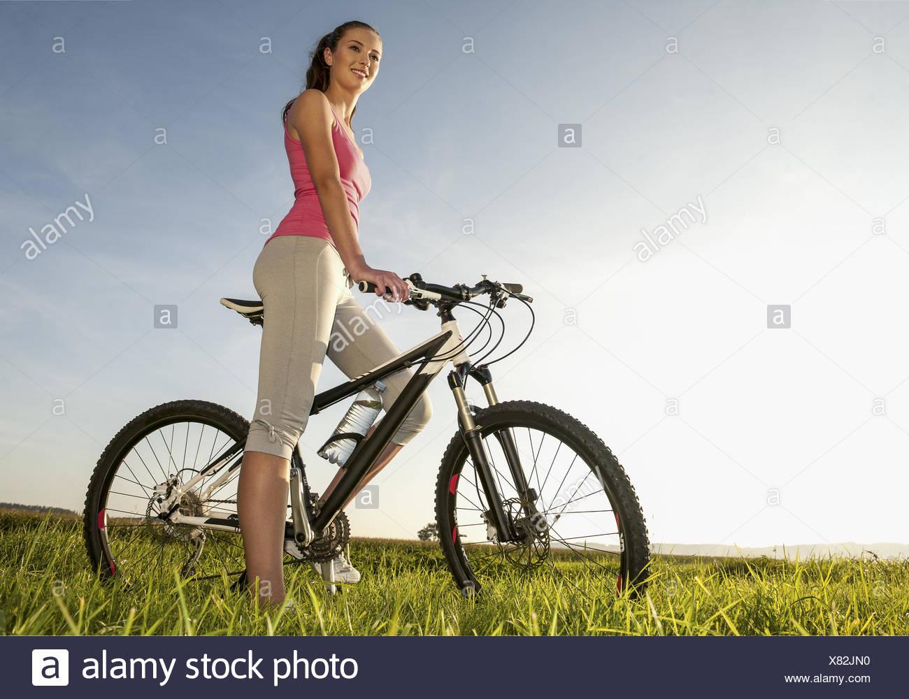 Junge Frau mit Fahrrad (modello-rilasciato) Immagini Stock