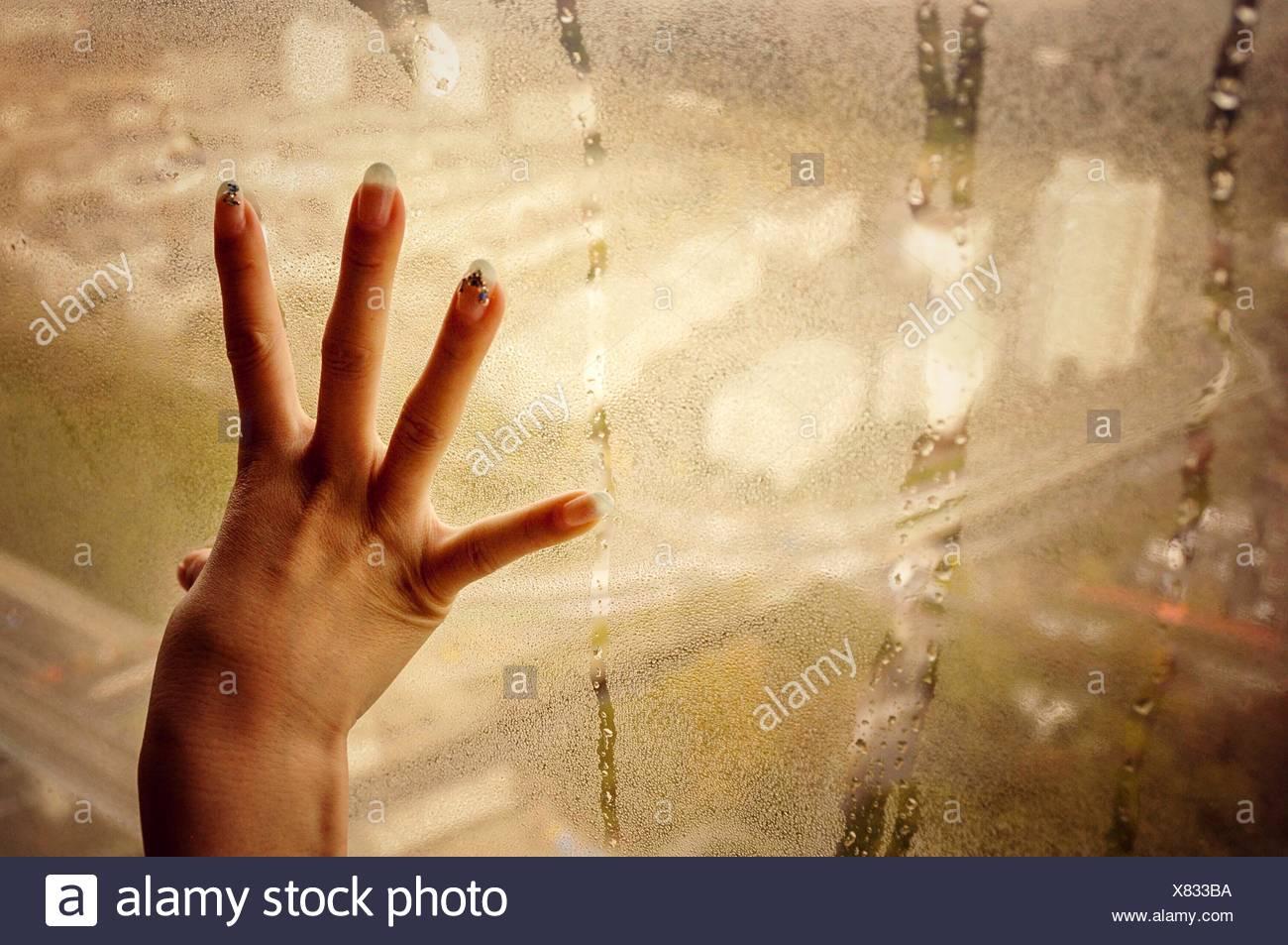 Ritagliate la mano sul vetro di condensato Immagini Stock