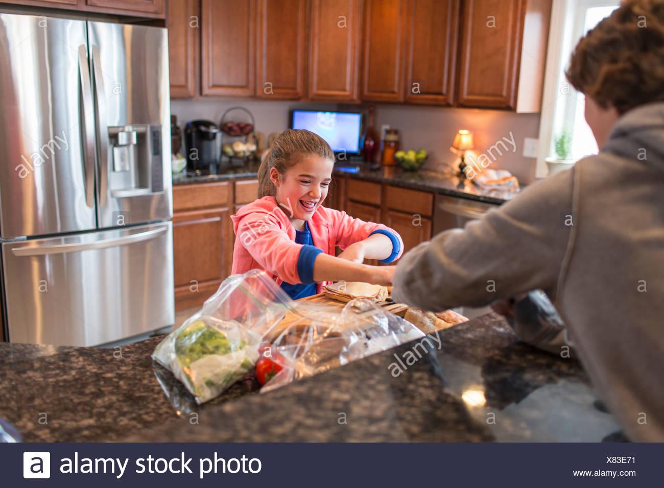 Fratello e Sorella in cucina la preparazione di sandwich Immagini Stock