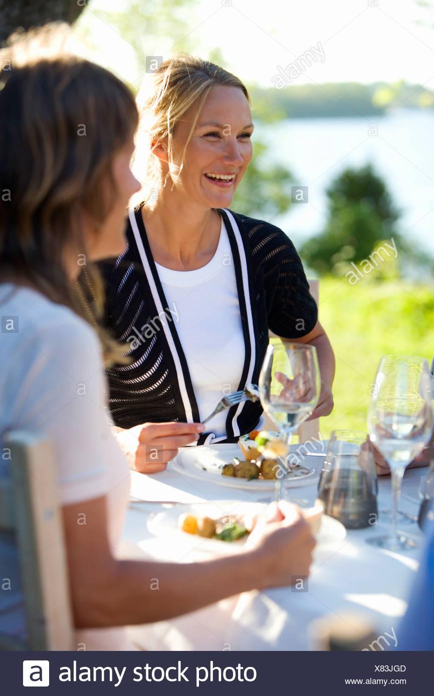 Due donne di pranzare in una festa di mezza estate, Fejan, arcipelago di Stoccolma, Svezia. Foto Stock