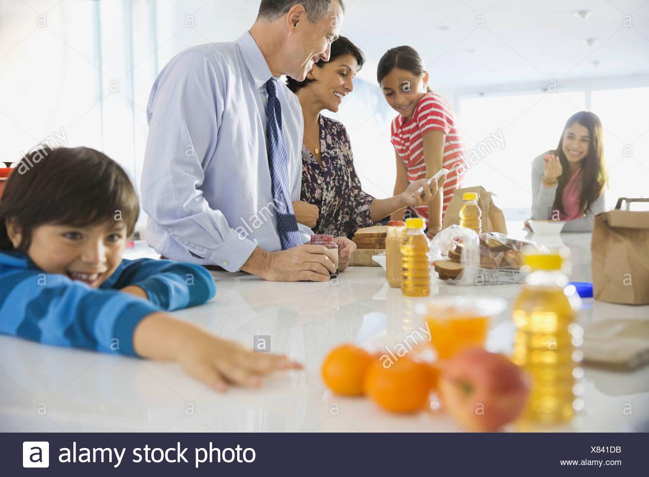 Famiglia con colazione a casa Immagini Stock