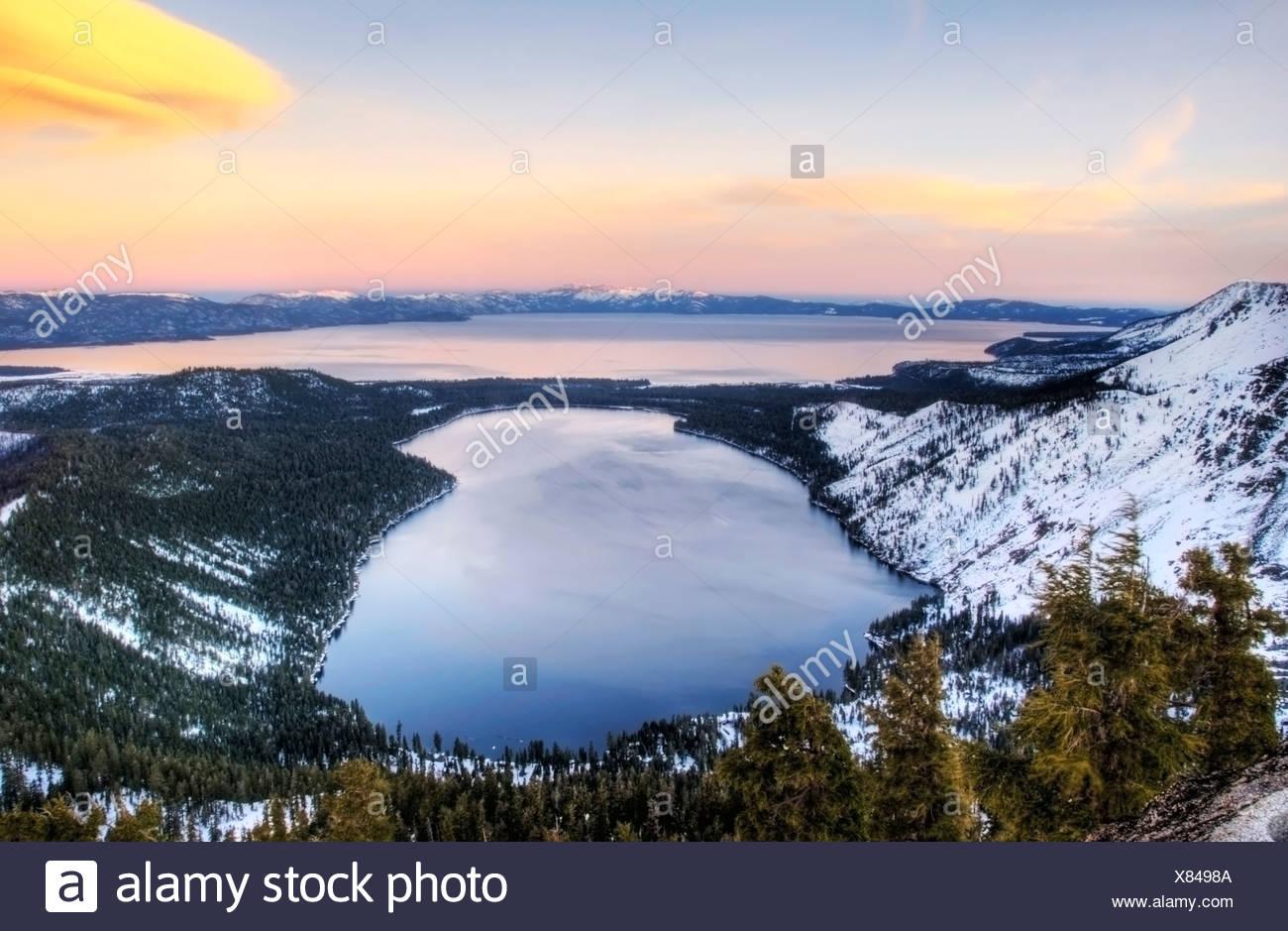 Foglia caduta il lago e il Lago Tahoe al tramonto in inverno, California. Immagini Stock