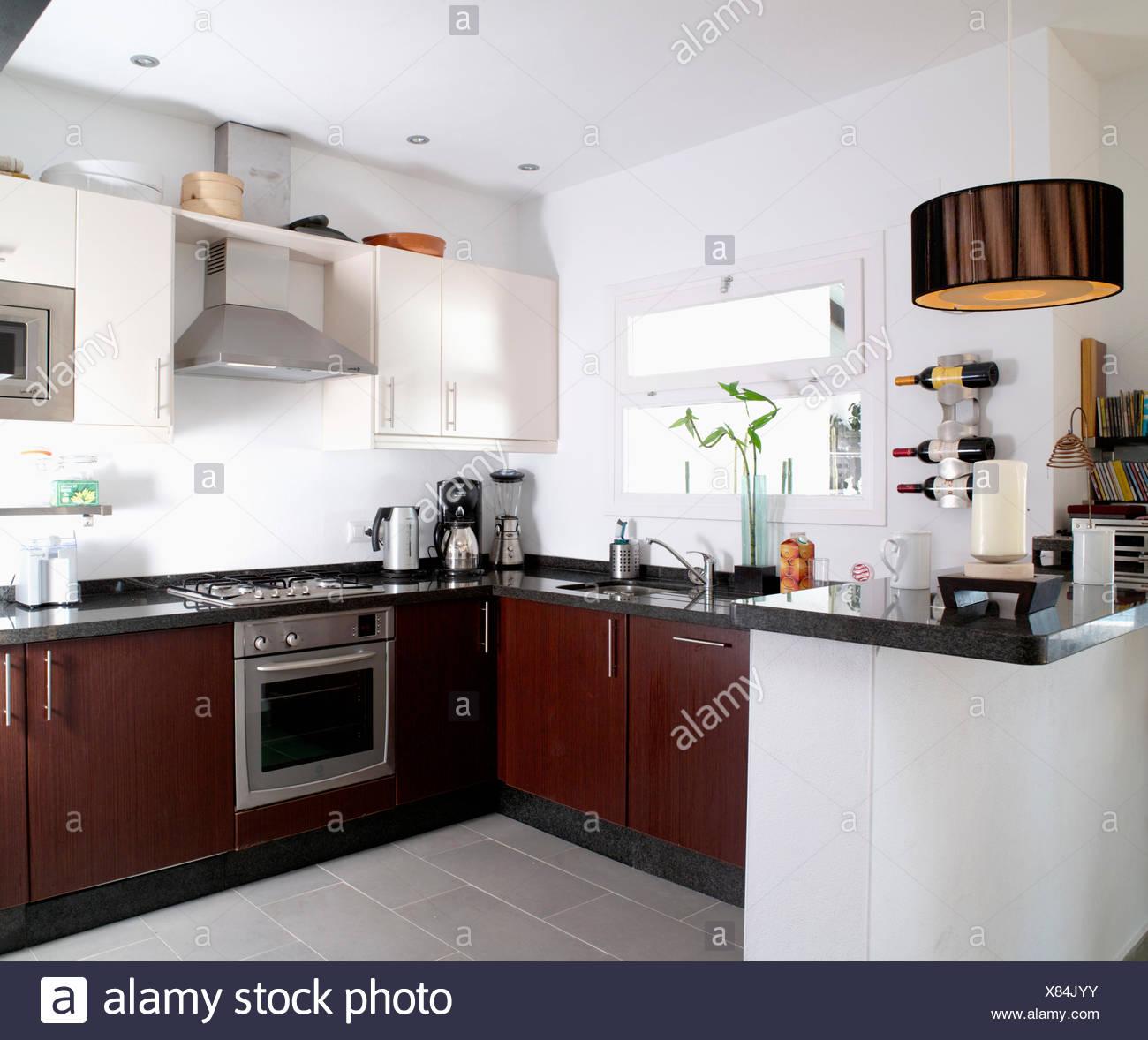 Cucina Moderna Bianca E Marrone.In Acciaio Inossidabile E Forno Marrone Scuro Unita Montata