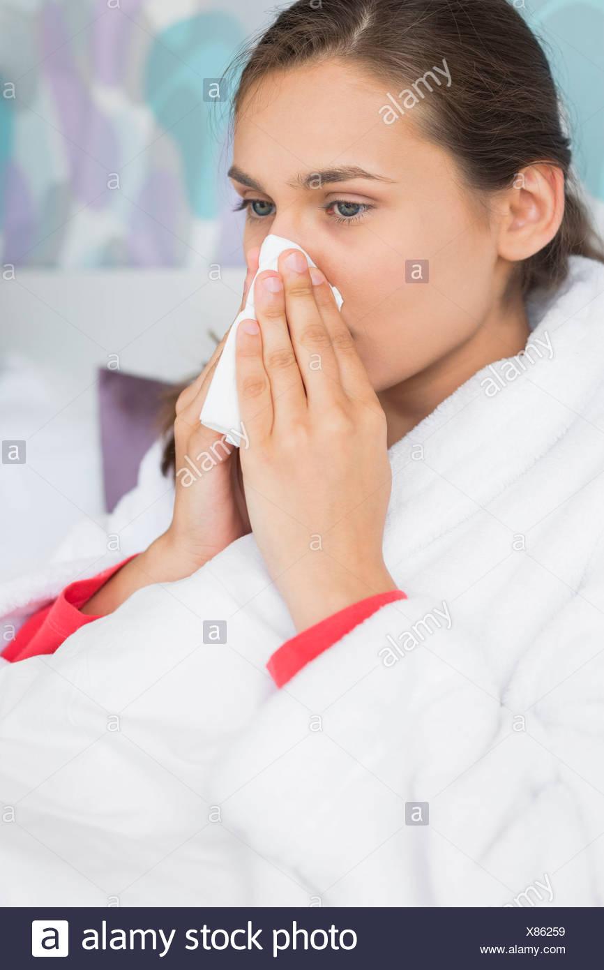 Camera Da Letto Fredda giovane donna che soffre di soffiaggio aria fredda naso in