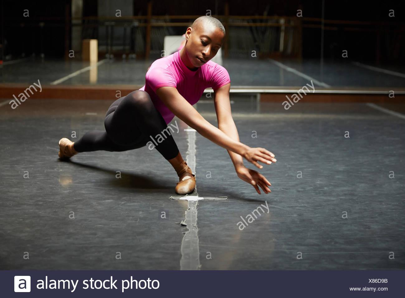 Ballerina in movimenti di danza Immagini Stock