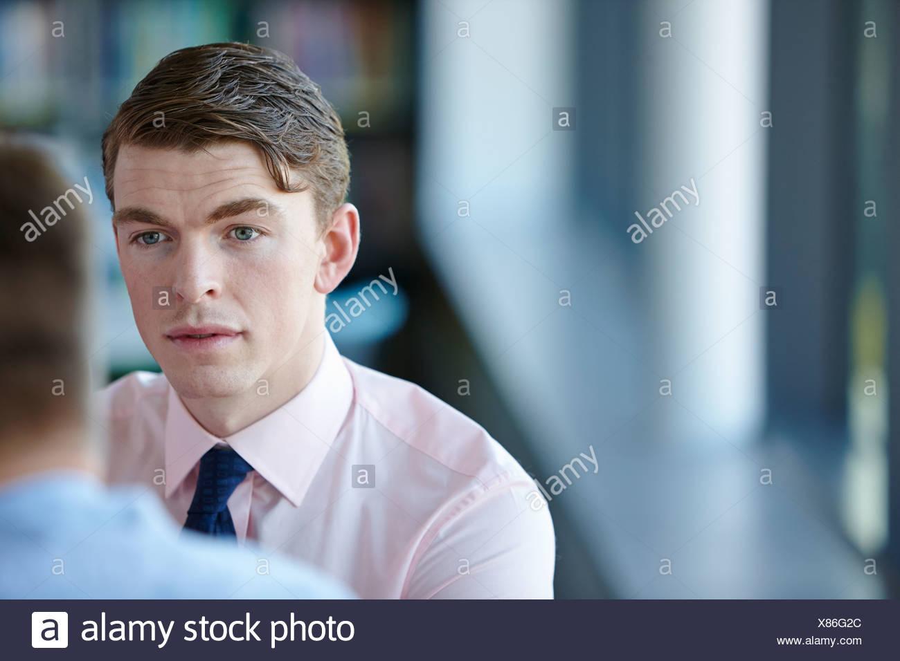 Giovane imprenditore della camicia e cravatta Immagini Stock