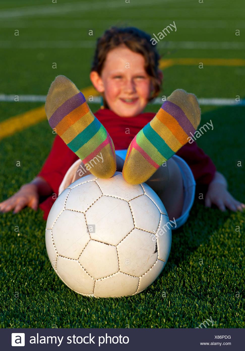 Ritratto di ragazza con pallone da calcio. Immagini Stock
