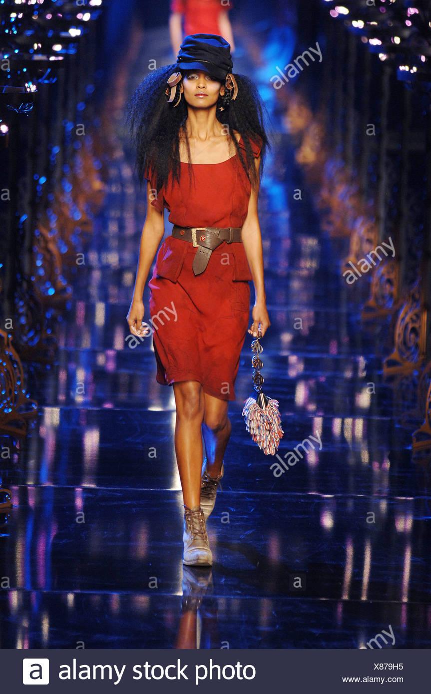 7ad8cef2adee John Galliano pronto a indossare a Parigi un modello W Liya Kebede lungo  nero aggraffato in treccia di capelli in loop e legato di velluto marrone  nastro