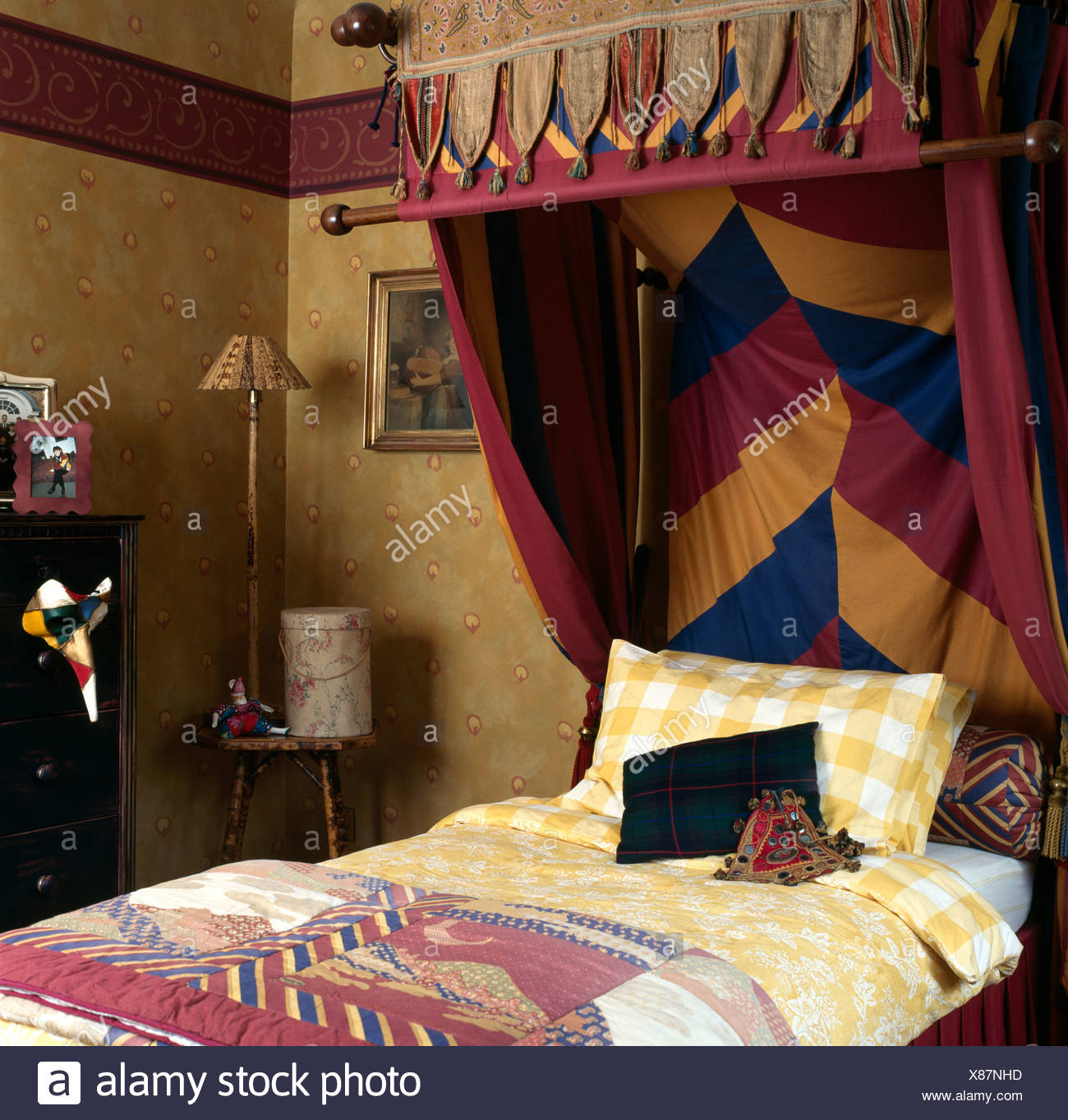 Tettoia con multi-drappi colorati sul letto con giallo controllato ...
