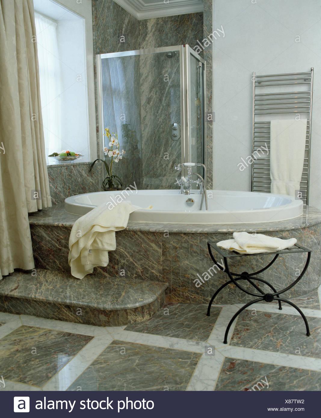 Vasca ovale in marmo sollevata circondano in bagno moderno - Bagno moderno grigio ...