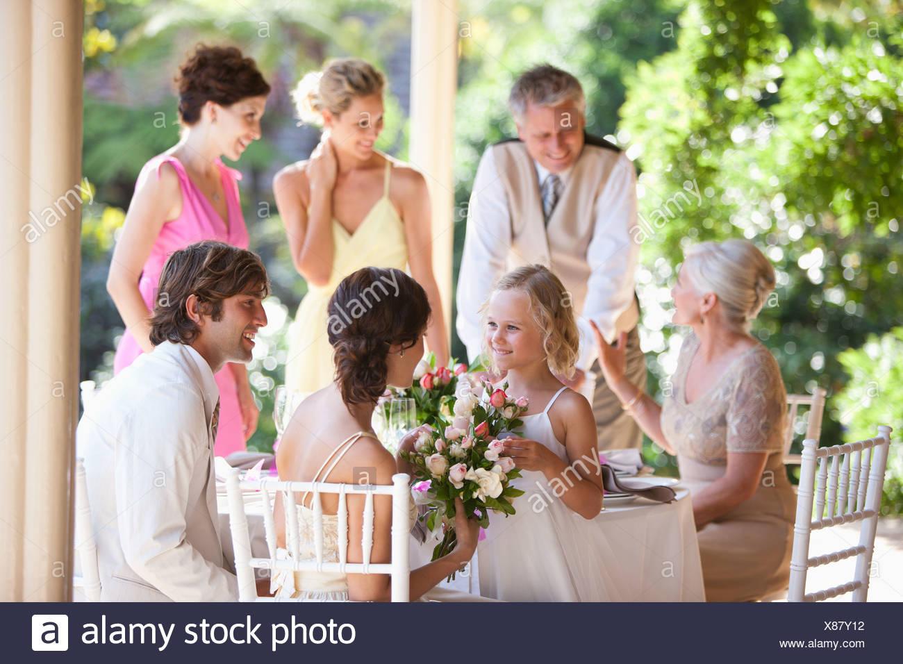 Famiglia celebra al ricevimento di nozze Immagini Stock