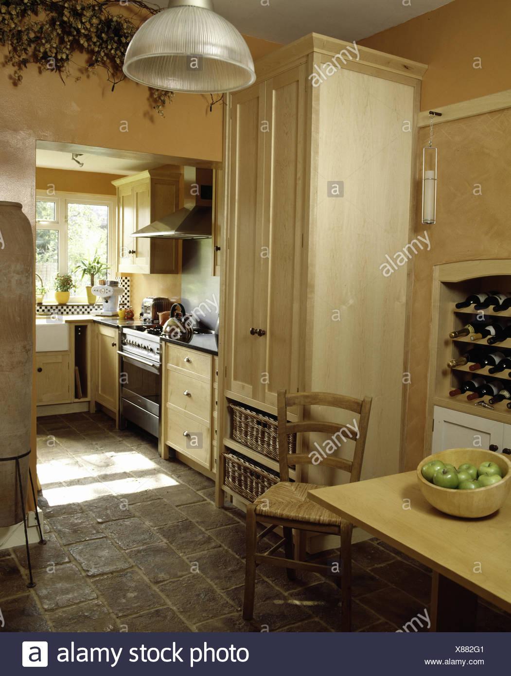 Pavimento in pietra e dispensa armadio nella cucina moderna Foto ...