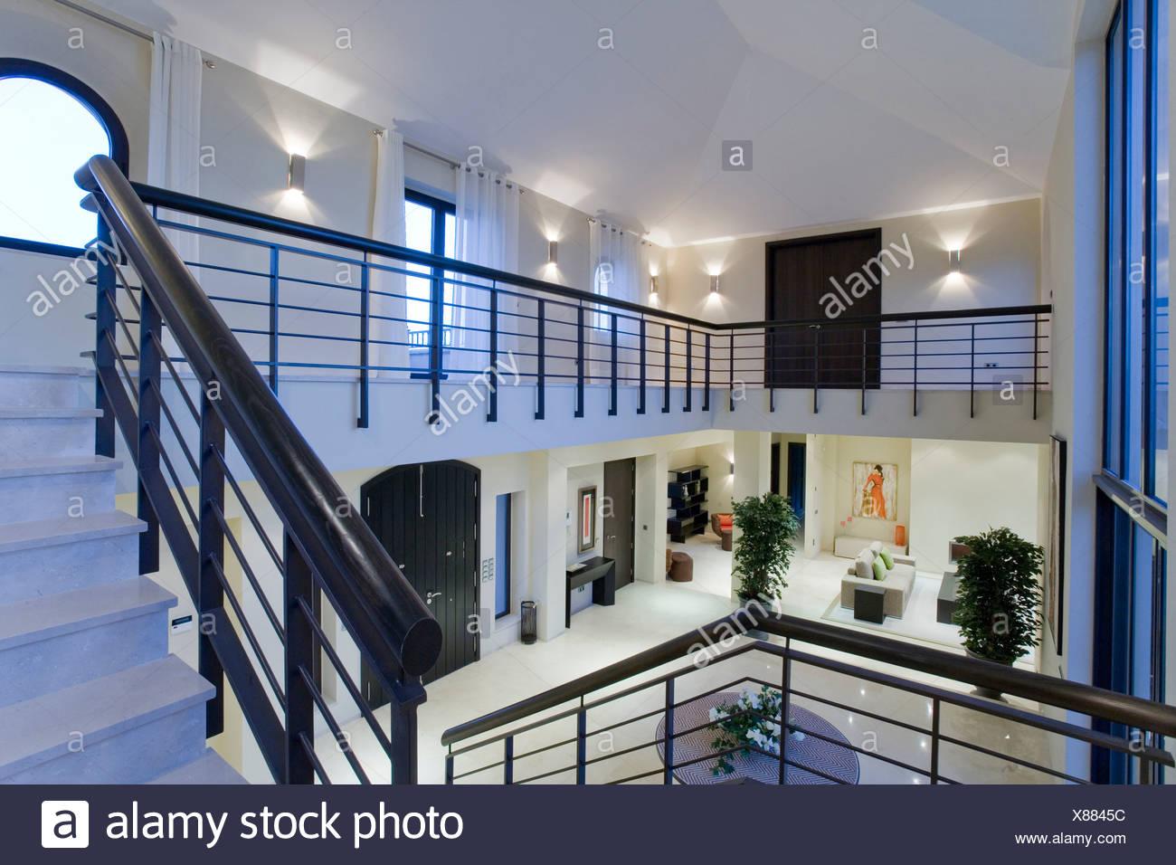 Altezza Dei Parapetti metallo nero parapetti e scale di marmo in doppia altezza
