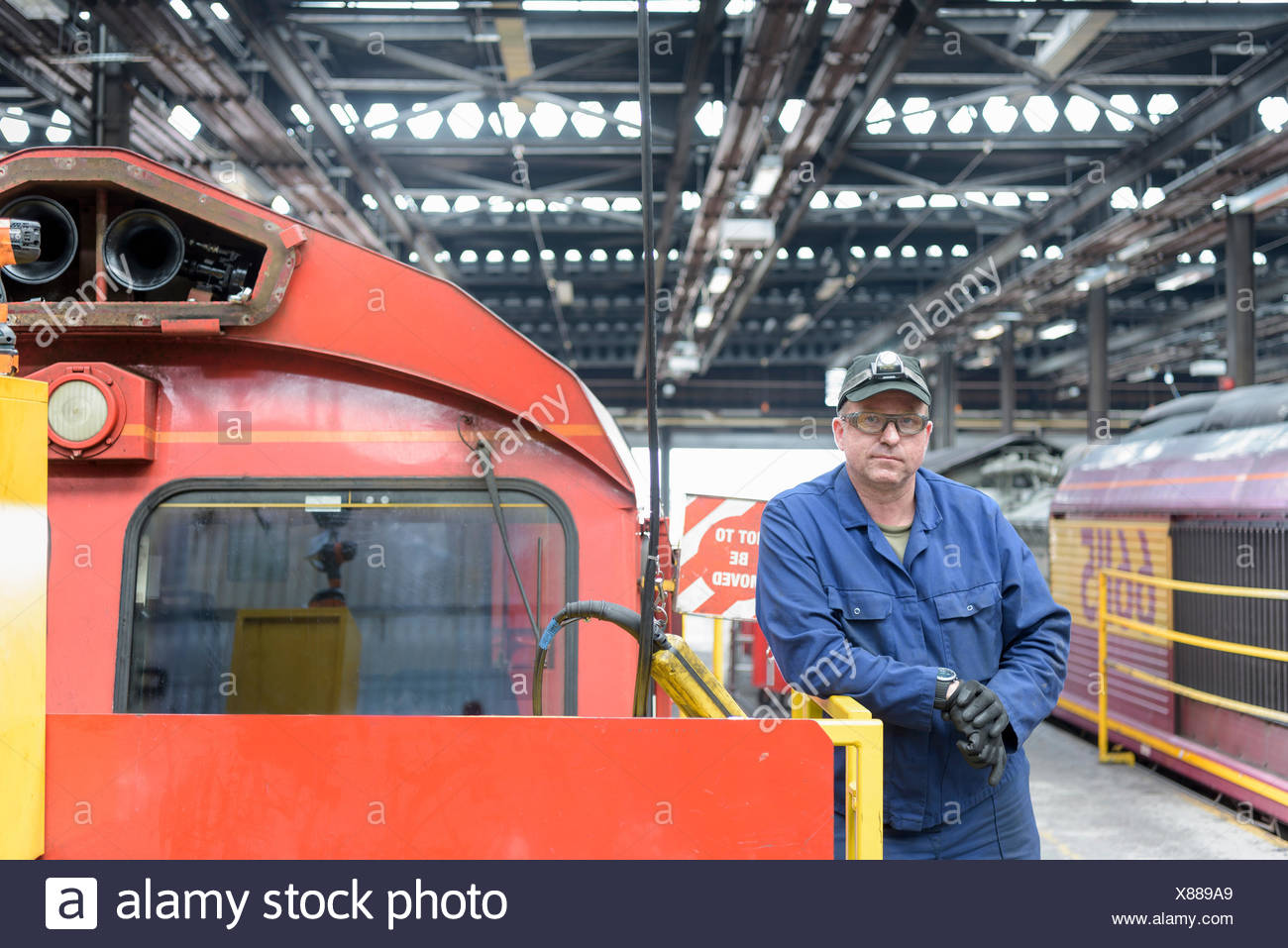 Ritratto di locomotiva ingegnere in treno funziona Immagini Stock