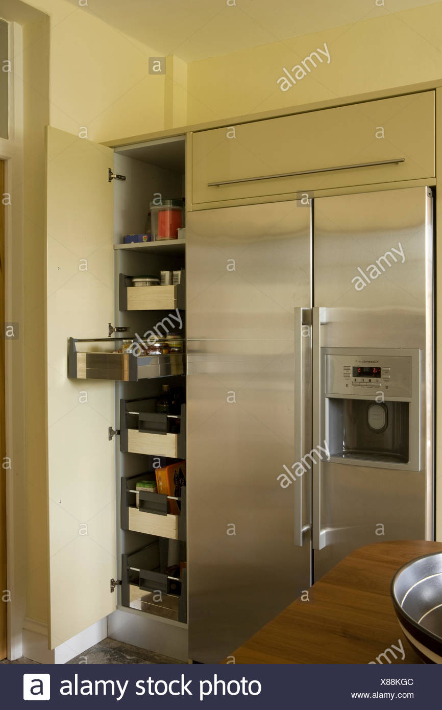Acciaio inossidabile stile americano frigorifero accanto all aperto ...