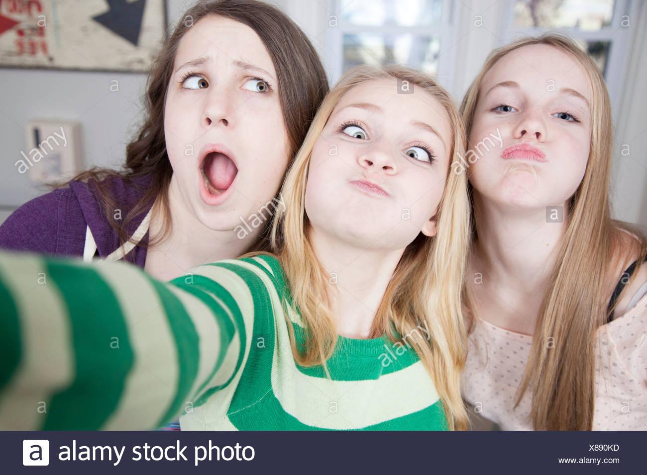 Gli adolescenti tirando funny faces Immagini Stock