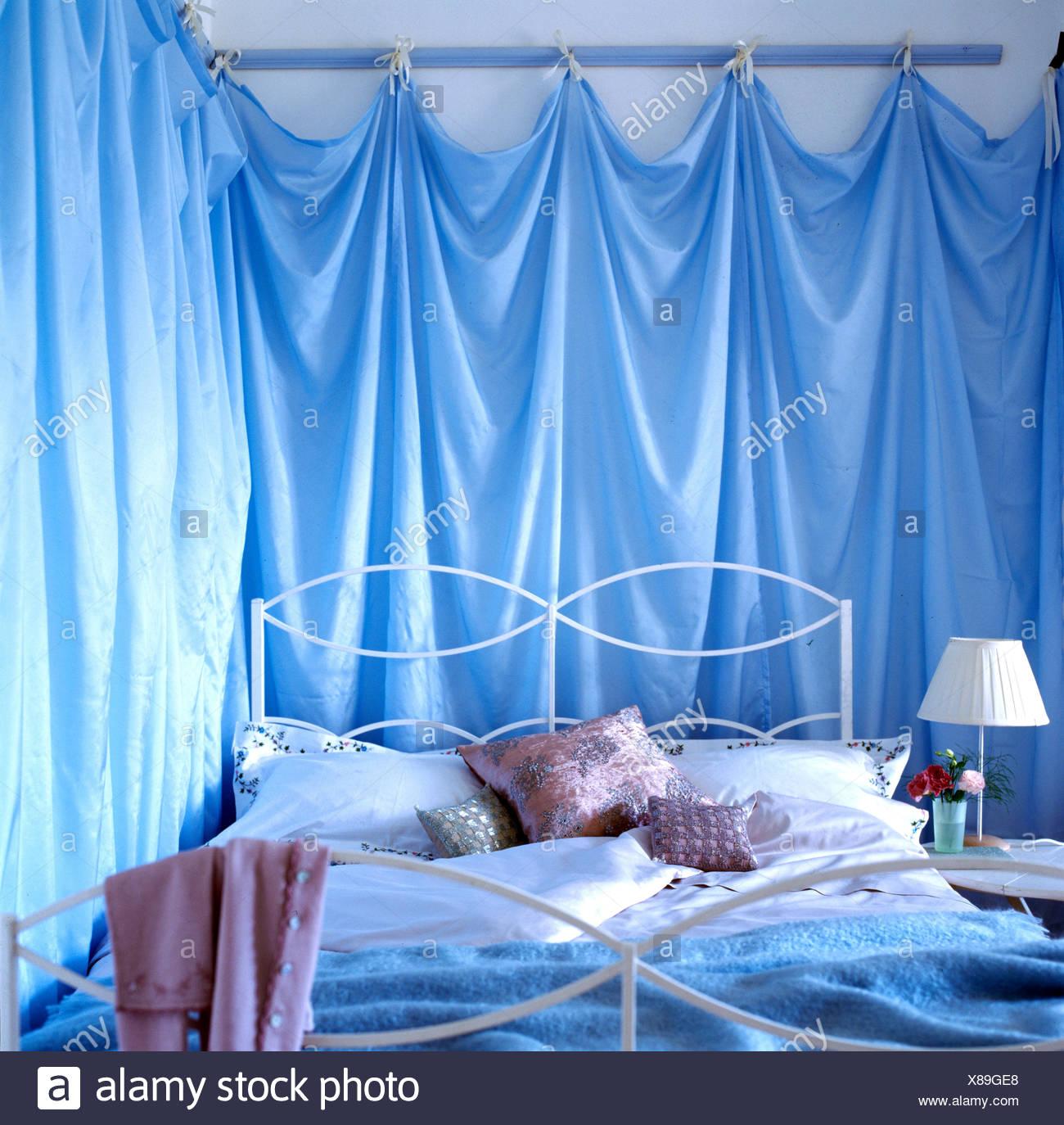 Primo piano angolo della camera da letto con tessuto blu ...