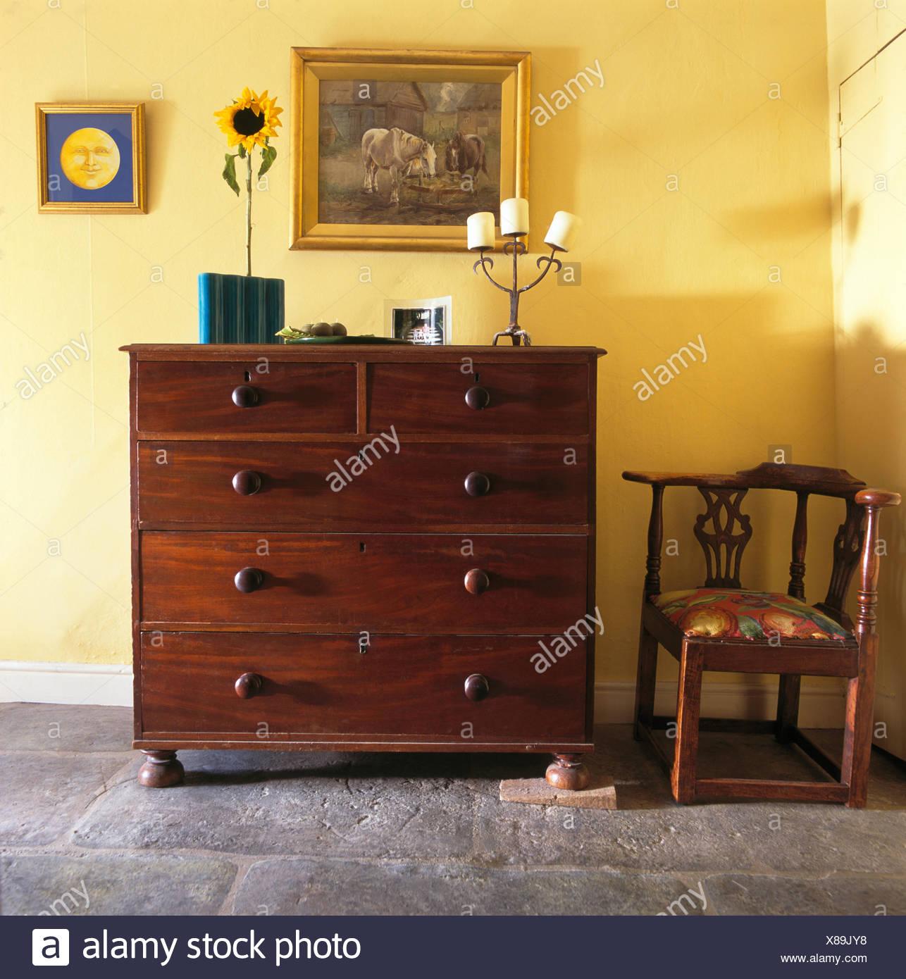Cassettiera antica e sedia in camera da letto giallo Foto & Immagine ...