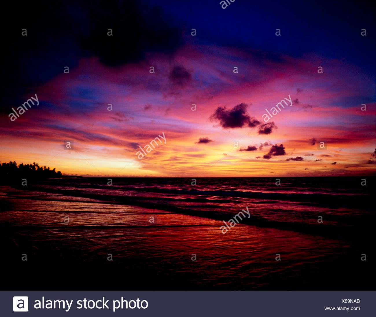 La spiaggia di kuta beach al tramonto,Bali, Indonesia Foto Stock