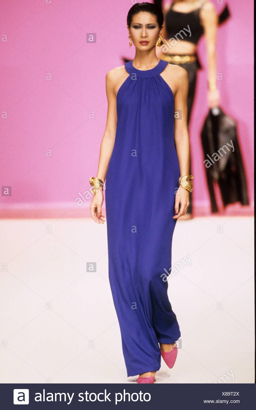 Abiti Da Cerimonia Yves Saint Laurent.Yves Saint Laurent Primavera Estate Indossa Modello Lungo Blu