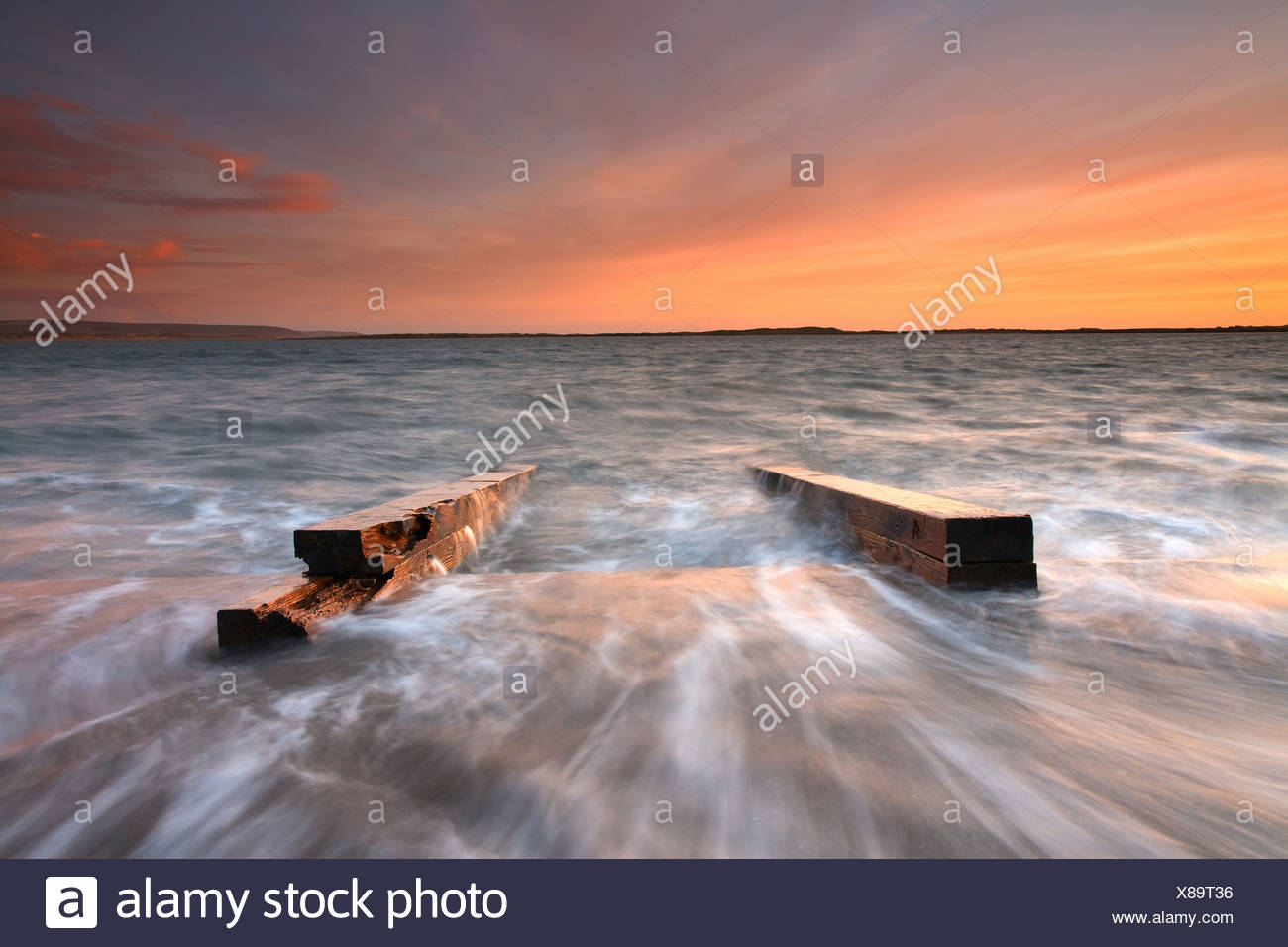 Rimane il costruttore di barche di uno scalo estuario quasi sommerso dalla marea tramonto fiume Torridge Watertown vicino a Appledore Nord Immagini Stock