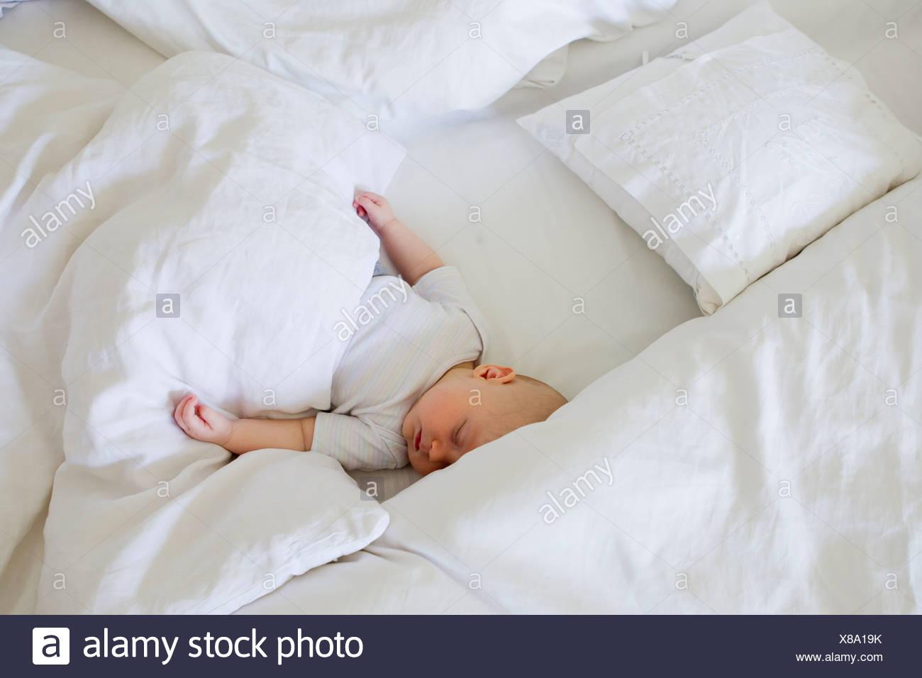 Bambina addormentata nel letto Immagini Stock