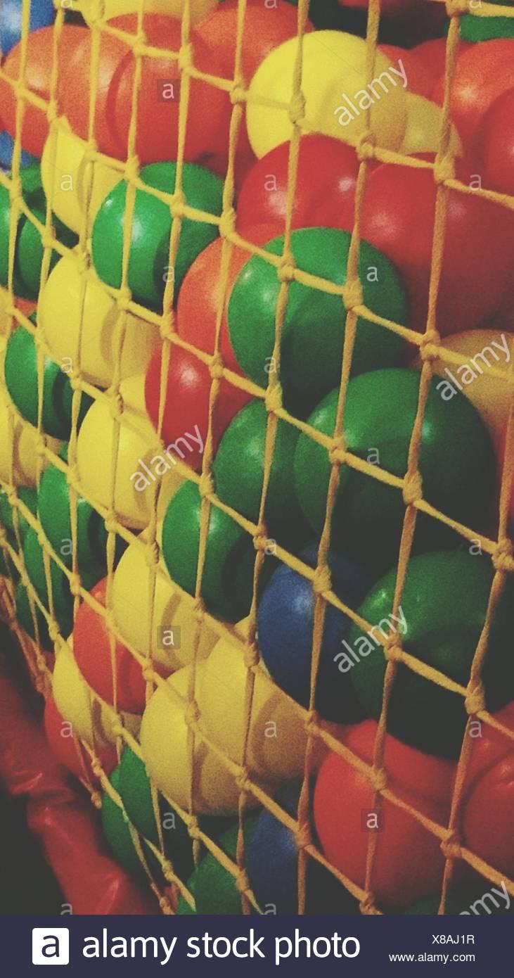 Molte sfere di plastica dietro compensazione corda Immagini Stock