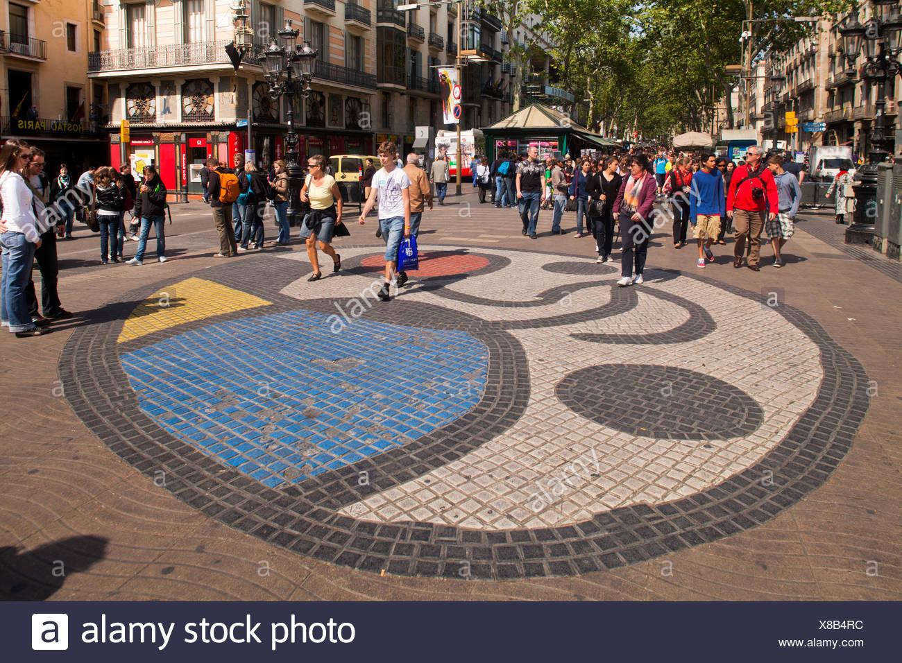 Mosaico di Miro, pavimento a mosaico, turisti, Ramblas, Rambla, Passeggiate, zona pedonale, Barcellona, in Catalogna, Spagna, Europa Immagini Stock