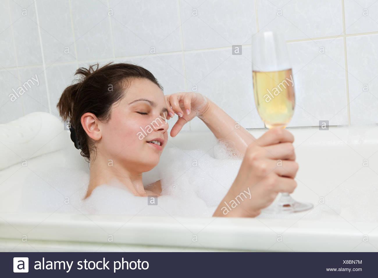 Ritratto Di Una Donna Nella Vasca Da Bagno Bevendo Champagne Foto Stock Alamy