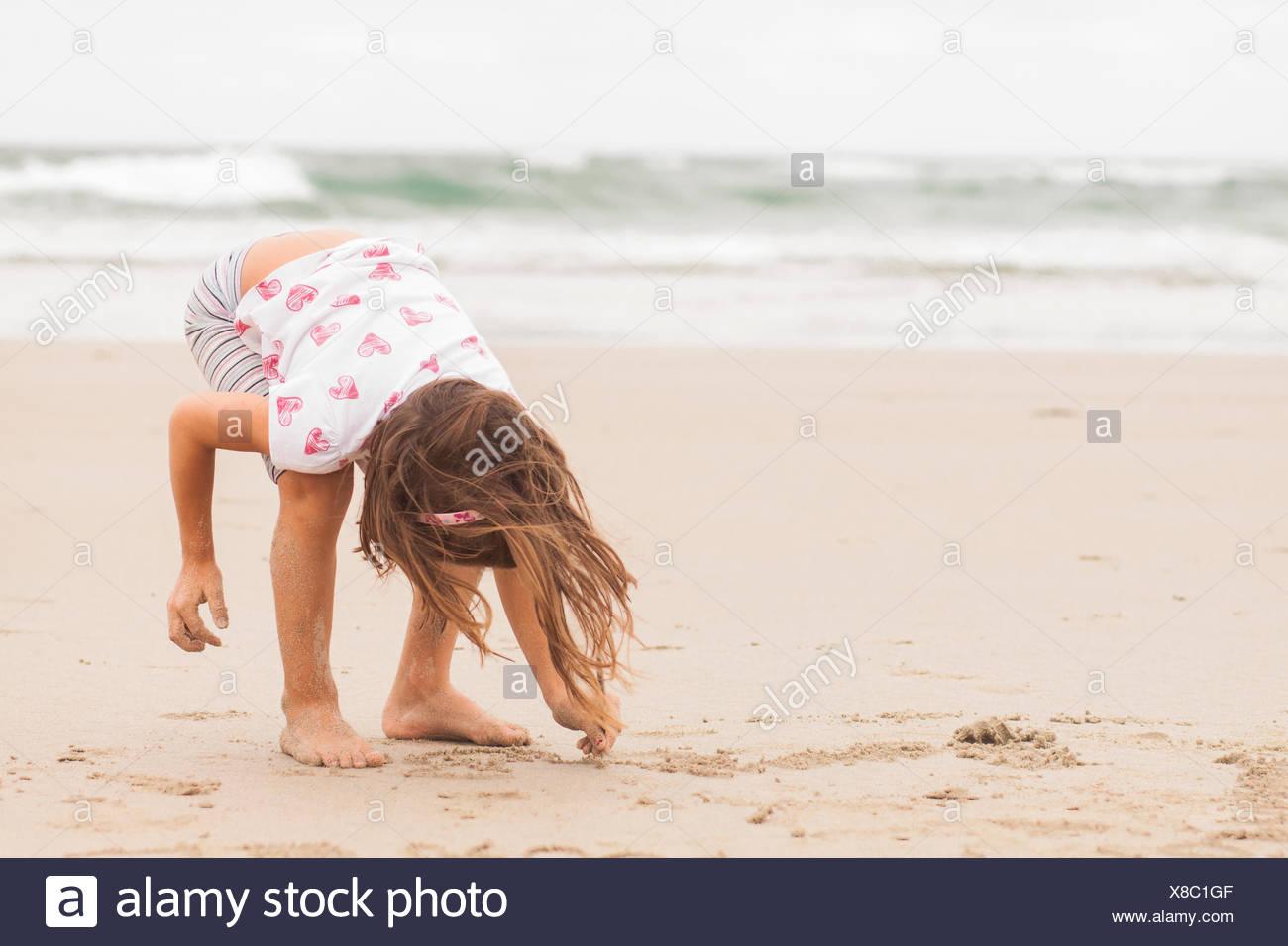 La ragazza (4-5) disegno di sabbia Immagini Stock