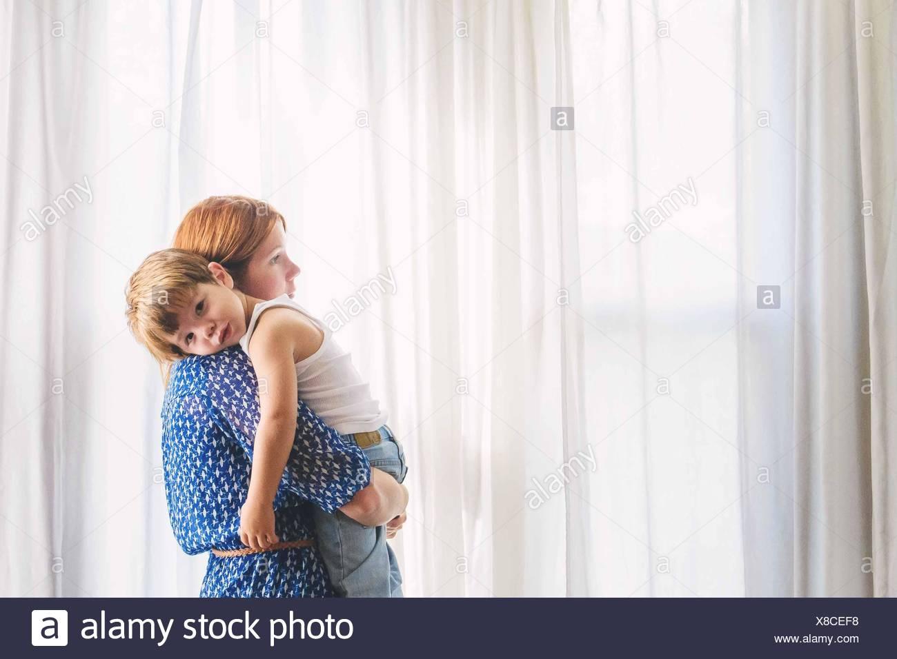 Ritratto di una madre che porta il suo figlio Immagini Stock