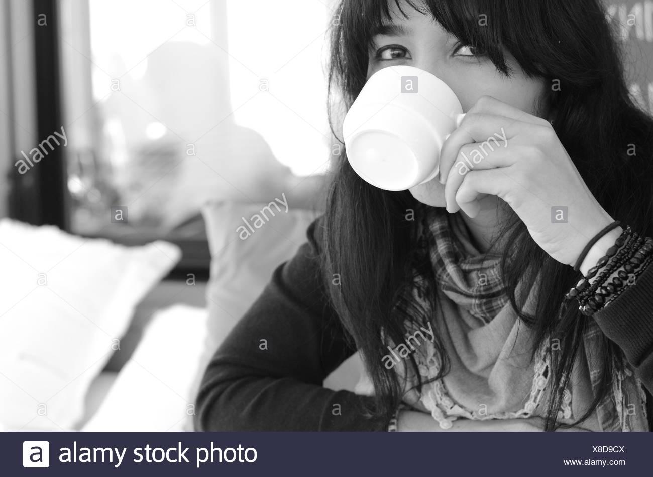 Ritratto di donna di bere il caffè Immagini Stock