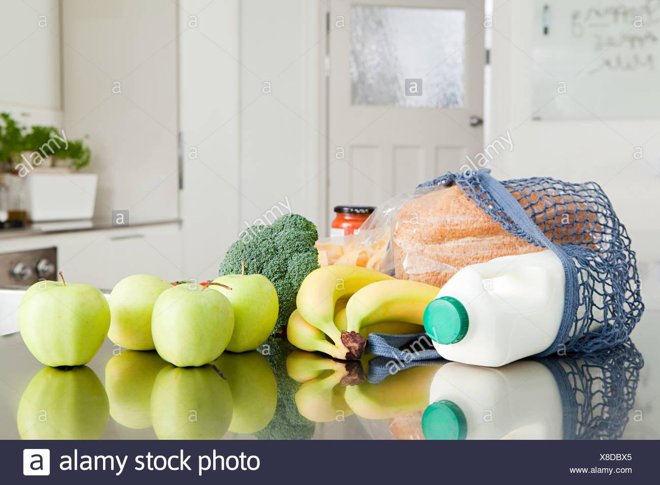 Negozi di generi alimentari sul banco di cucina Immagini Stock