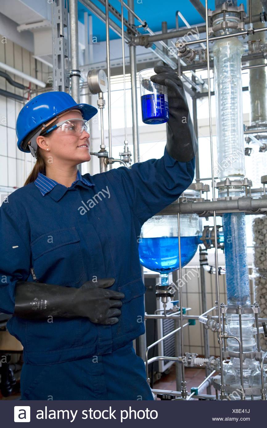 Partecipante tecnico chimico in azienda azienda Evonik, Marl, Germania Immagini Stock
