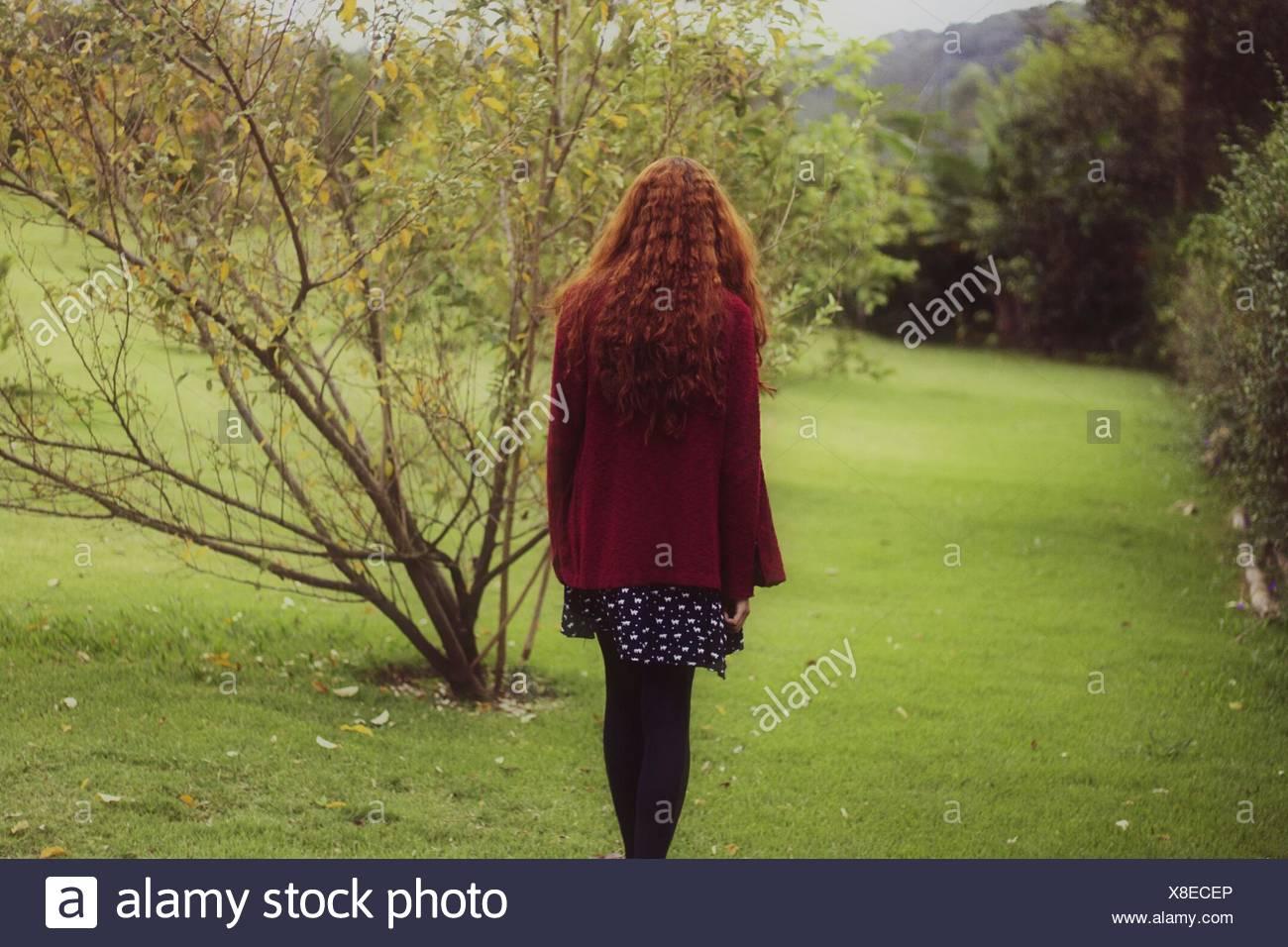 Vista posteriore della donna in posizione di parcheggio Immagini Stock