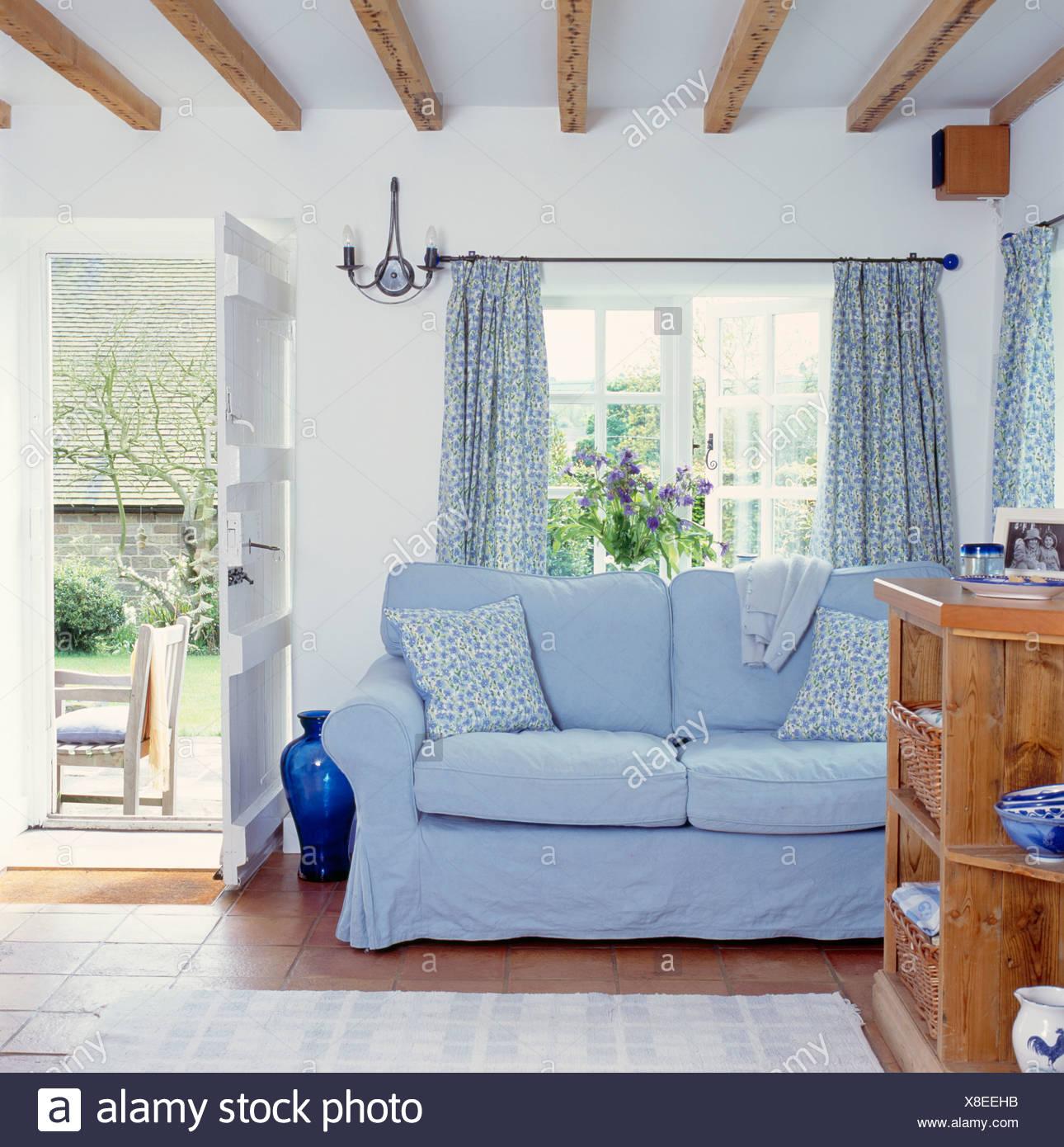 Blu pallido loose coperchio sul divano nella parte for Divano davanti porta finestra