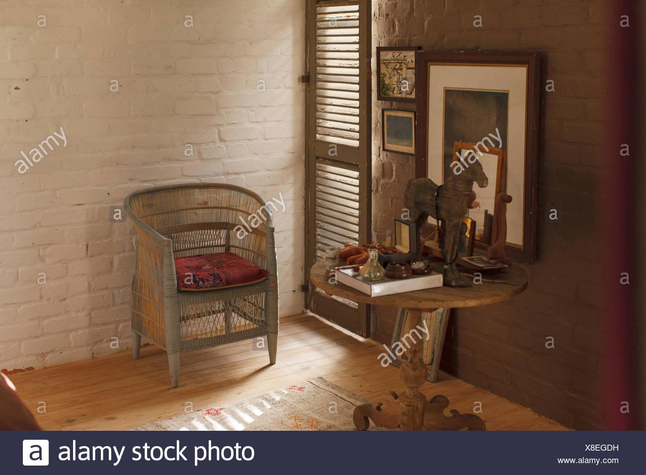 Tavolo laterale e decorazioni in camera da letto in stile rustico Immagini Stock