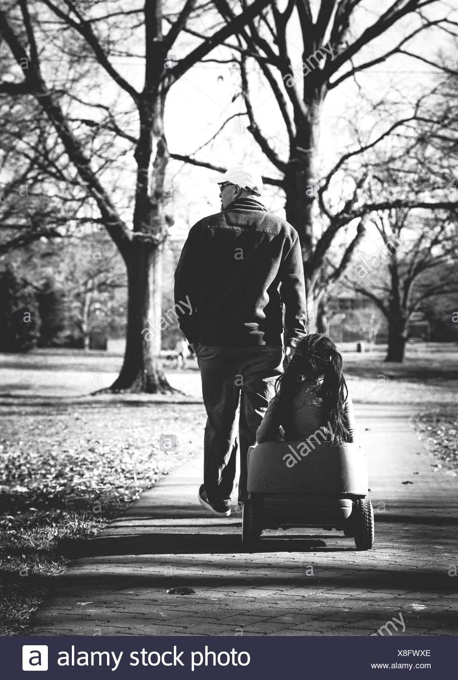 Padre e figlia in posizione di parcheggio Immagini Stock