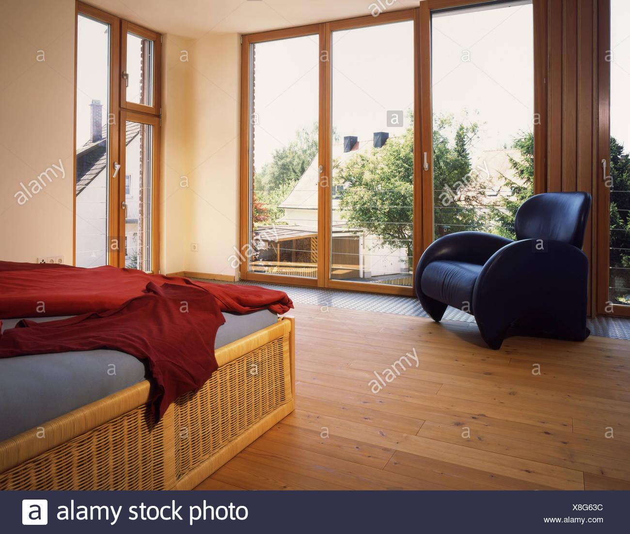 Camera da letto, finestra, letto, vista, pavimento in legno e vimini ...
