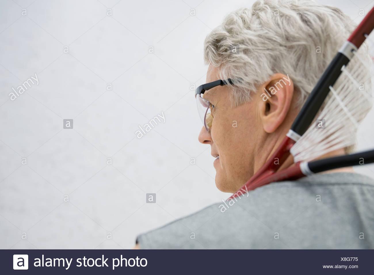 Uomo in azienda gli occhiali per racchette da squash Immagini Stock