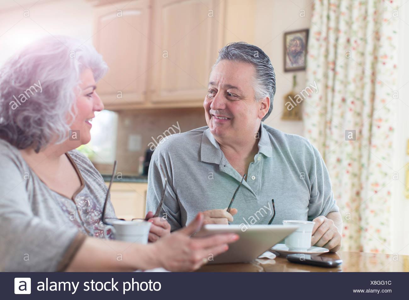 Adulto Giovane avente la colazione a casa Immagini Stock