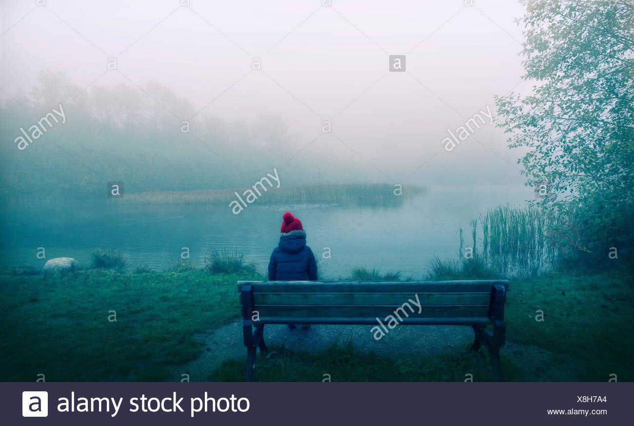 Canada, British Columbia, maggiore di Vancouver distretto regionale, Vancouver, ragazzo seduto su un banco di lavoro Immagini Stock