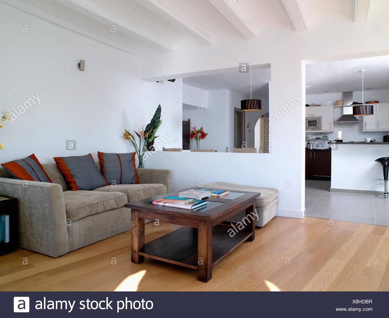 Legno scuro coffee-tavola e il velluto grigio divano in bianco ...