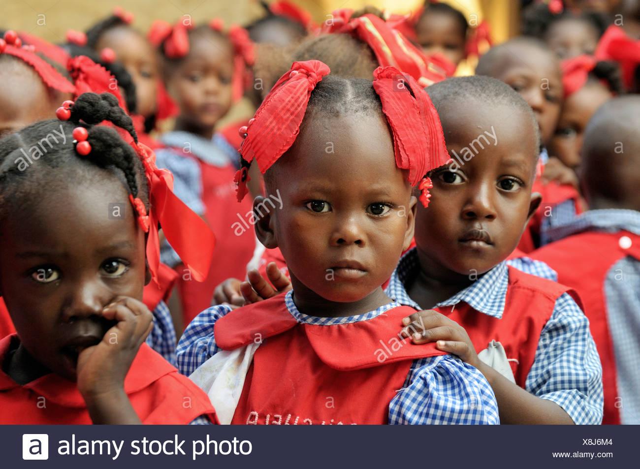 I bambini che indossano uniformi di scuola in una scuola materna a Léogâne, Haiti, dei Caraibi e America centrale Immagini Stock